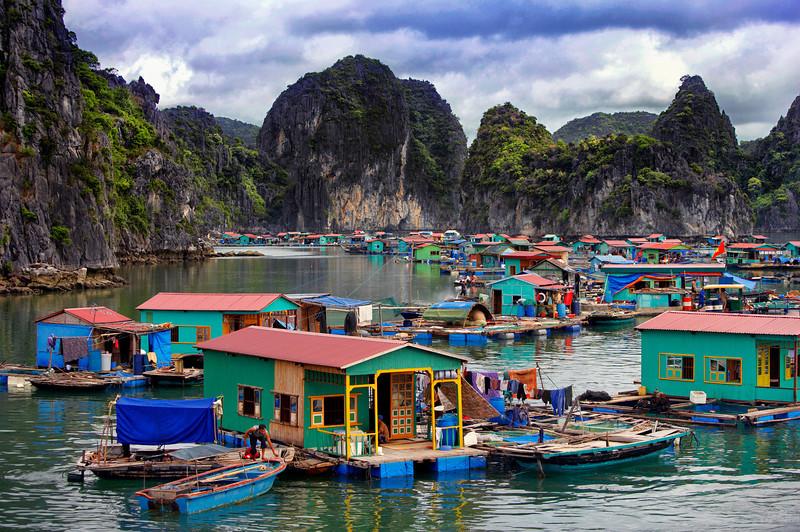 floating-village-halong-bay
